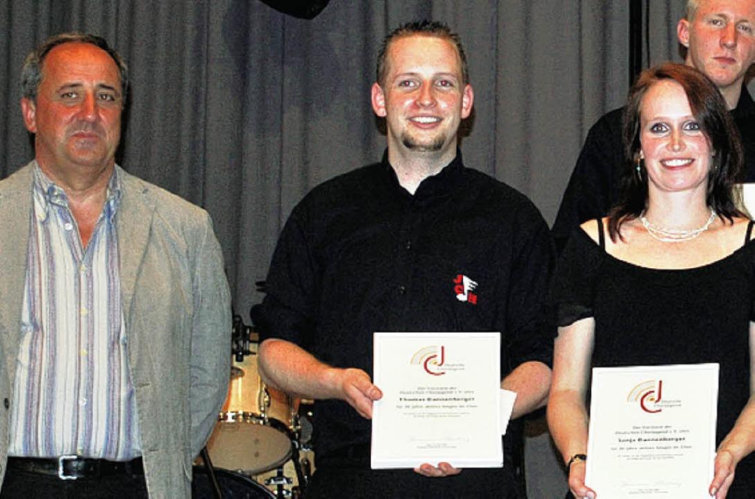 <Bildtext>Helmut Böhler (links) ehrte ...s  und  Sonja Dannenberger.</Bildtext>    Foto: Daniela Jarusel