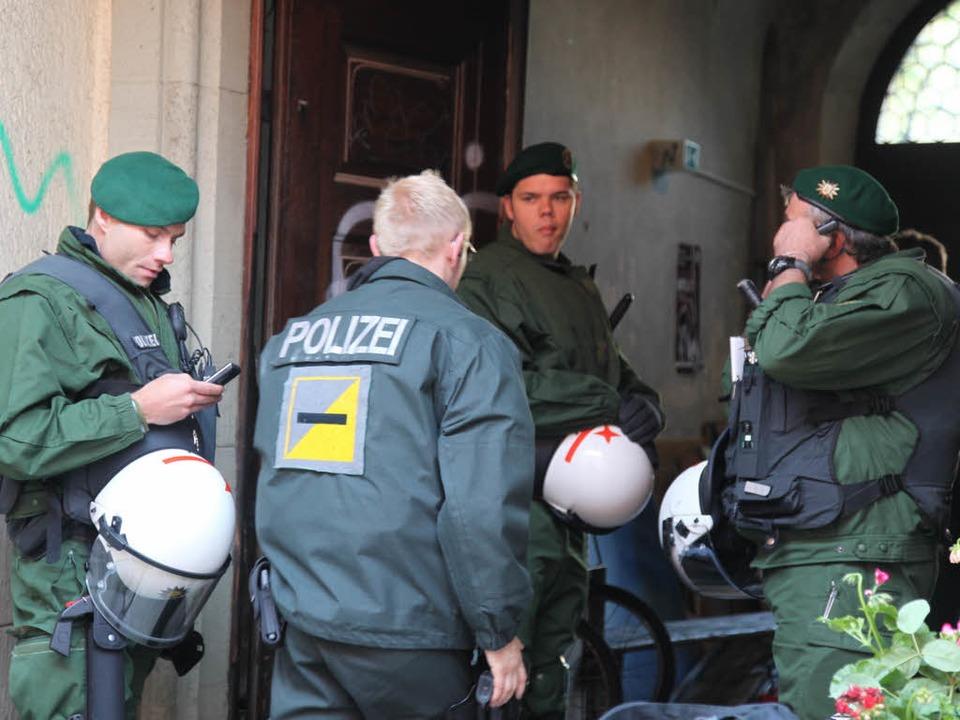 Im Morgengrauen macht die Freiburger Polizei dem  bunten Treiben ein Ende.  | Foto: Alexandra Sillgitt