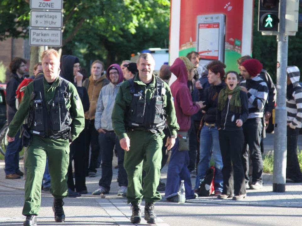 Einige Schaulustige beobachten das Geschehen.  | Foto: Alexandra Sillgitt