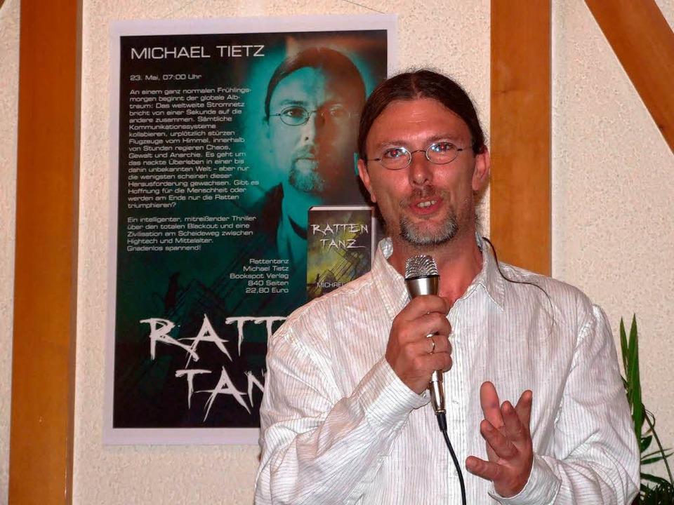 Autor Michael Tietz stellt seinen ersten Roman in Wellendingen vor.  | Foto: Ingrid Mann
