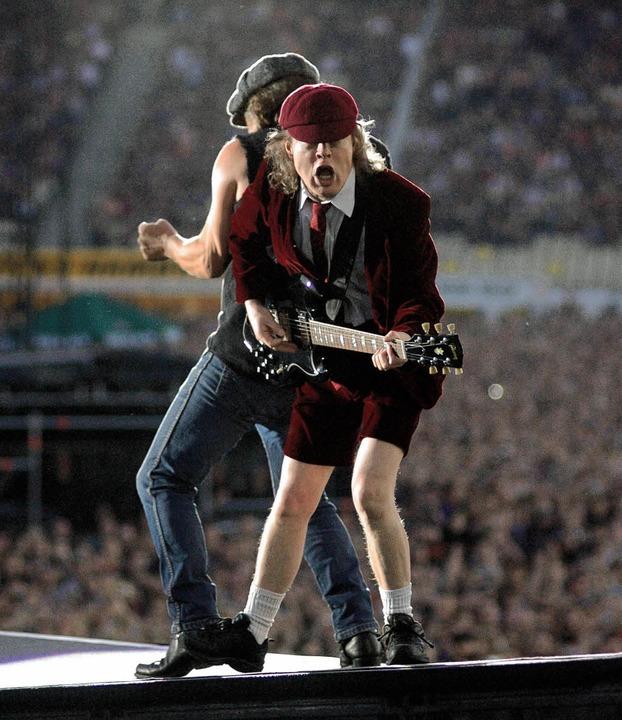 Rücken an Rücken:  AC/DC-Gitarrist Ang... Sänger Brian Johnson auf  der Bühne.   | Foto: rother
