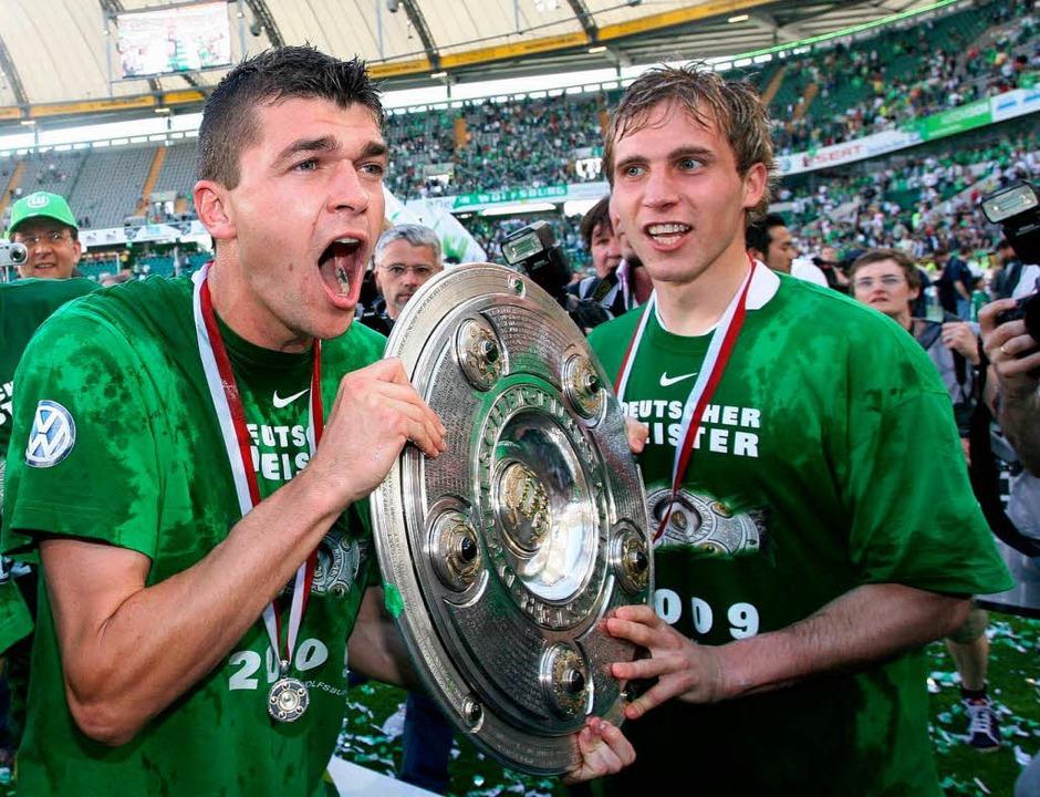 Wolfsburgs Jan Simunek (links) und Peter Pekarik freuen sich über den Titel.  | Foto: ddp