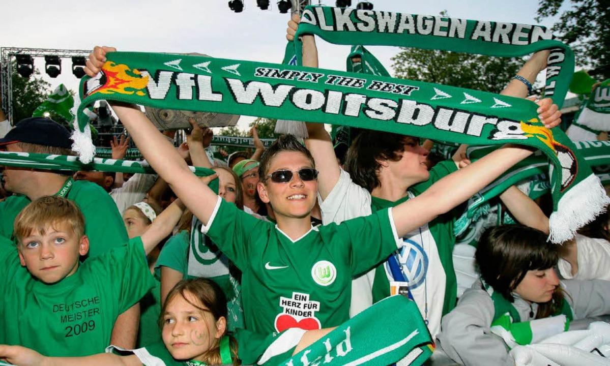 Die Fans  des VfL Wolfsburg feiern auf dem Marktplatz.  | Foto: dpa