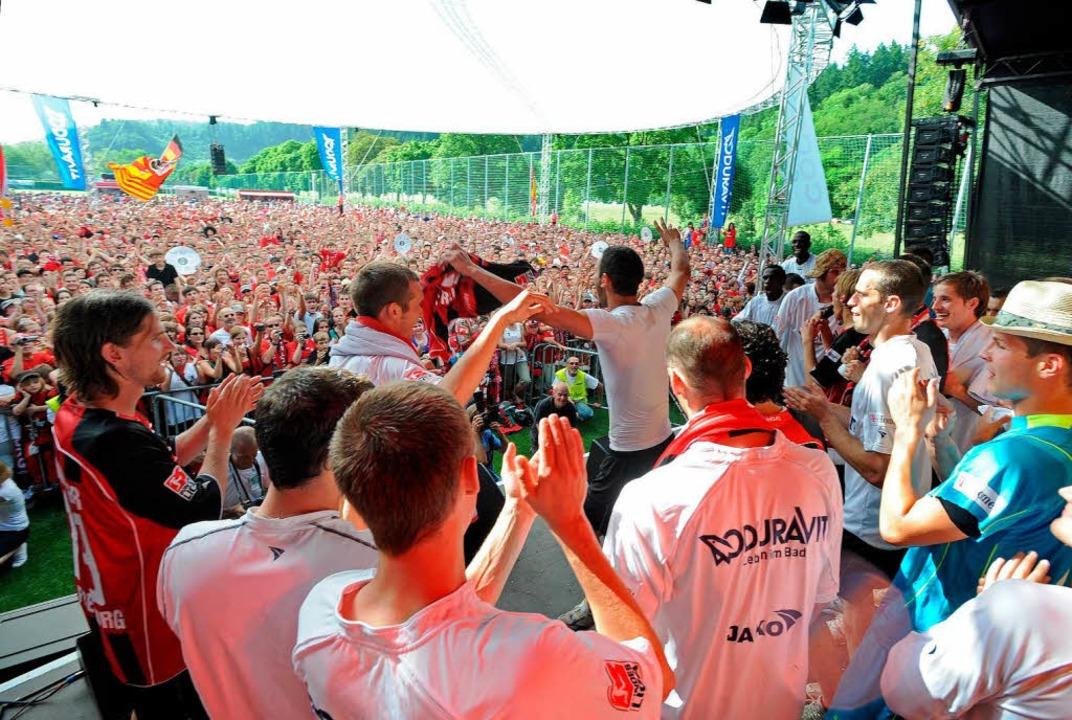 Die Mannschaft bewies auf der Bühne auch ihre gesanglichen Qualitäten.  | Foto: Michael Heuberger