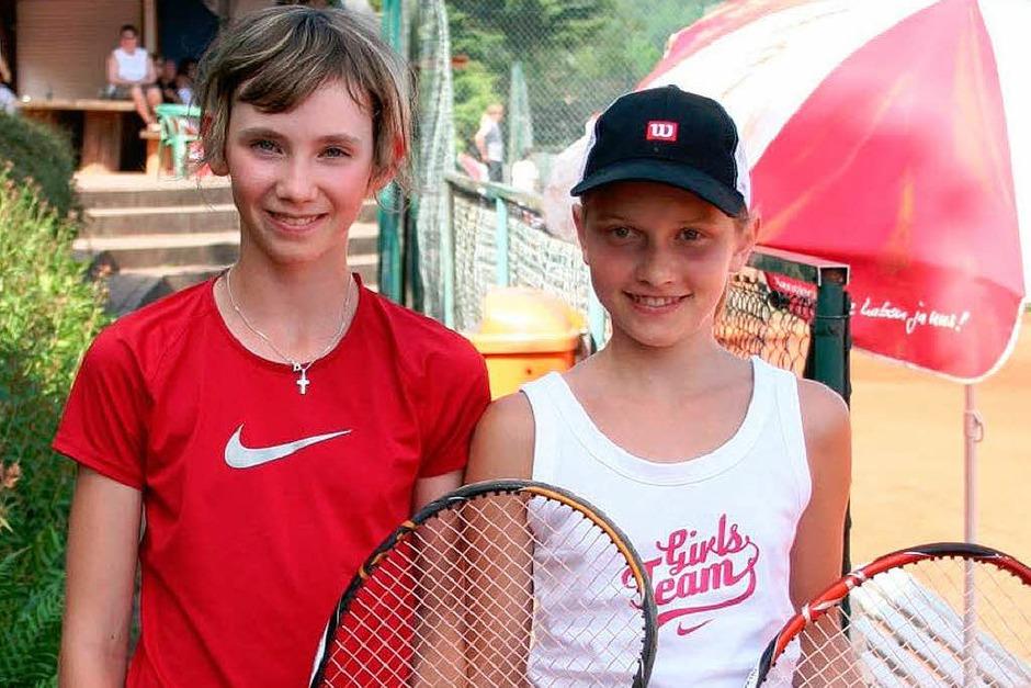 Finale Juniorinnen U 12, links Siegerin Sophia Hartmann (TC BW Oberweier) und Finalistin Nicola Grether (TC 1923 Grenzach). (Foto: Bezirk)