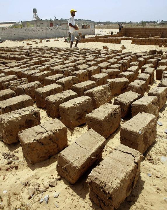 Mit neuen Ideen der Blockadepolitik trotzen: Produktion von Lehmziegeln in Rafah  | Foto: AFP/GUENTHER
