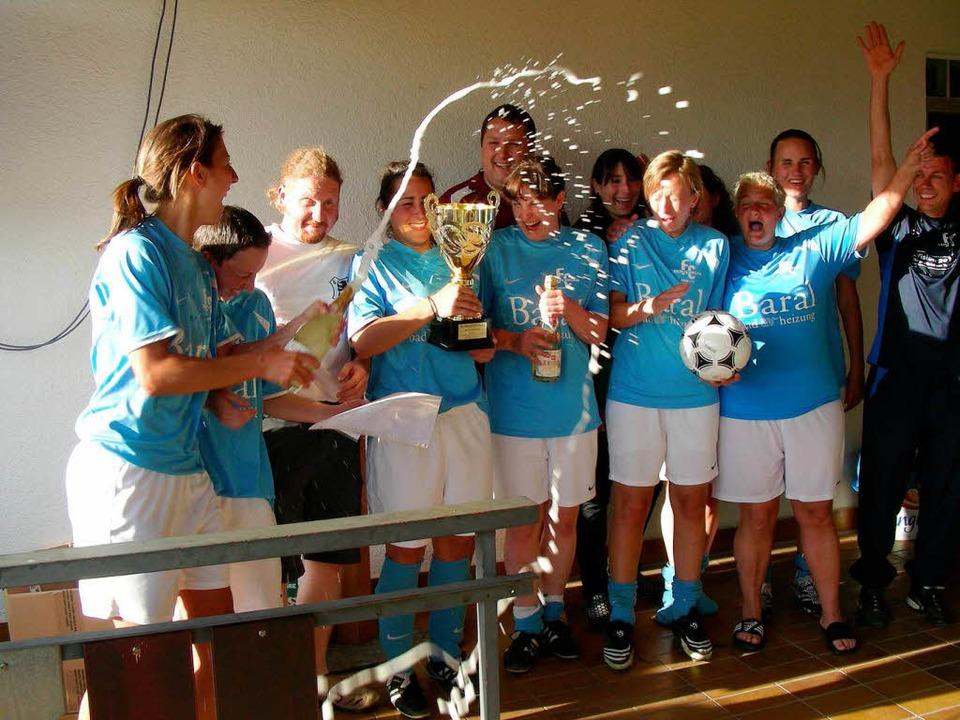 Die Mädels vom FC Denzlingen gewannen das Damen-Turnier.     Foto: Mario Schöneberg