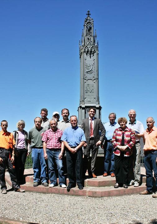 Gruppenbild mit Bürgermeister: Die Mit...al und den kleinen Park hergerichtet.   | Foto: fotos: Theo Weber