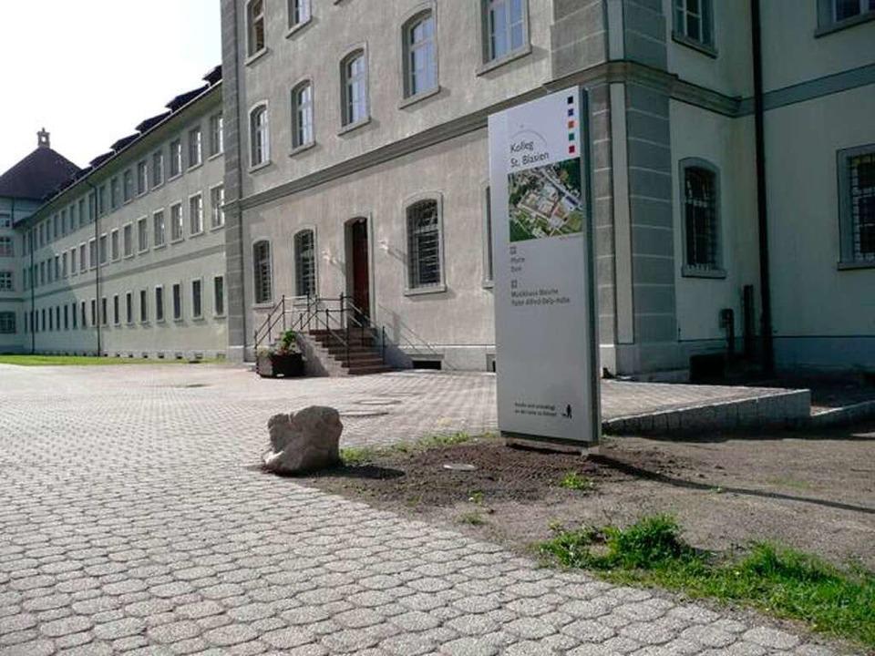 Neue Hinweistafel am Lehrereingang des Kollegs.  | Foto: Manuel Kaiser