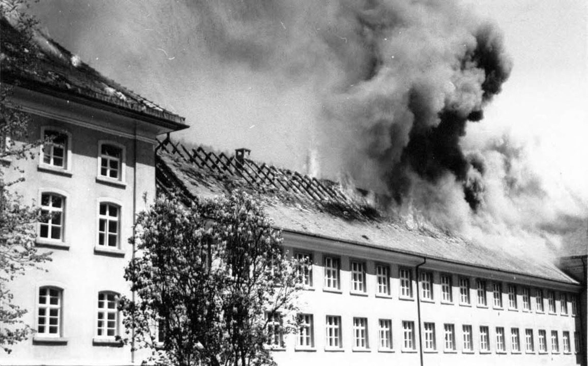 1977: Teile des Dachstuhls stehen in Flammen.   | Foto: BZ-Archiv