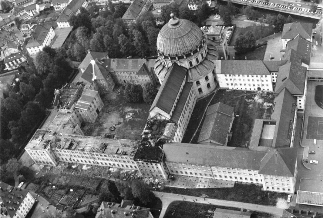 Luftaufnahme des ausgebrannten Gebäudeteils.  | Foto: BZ-Archiv