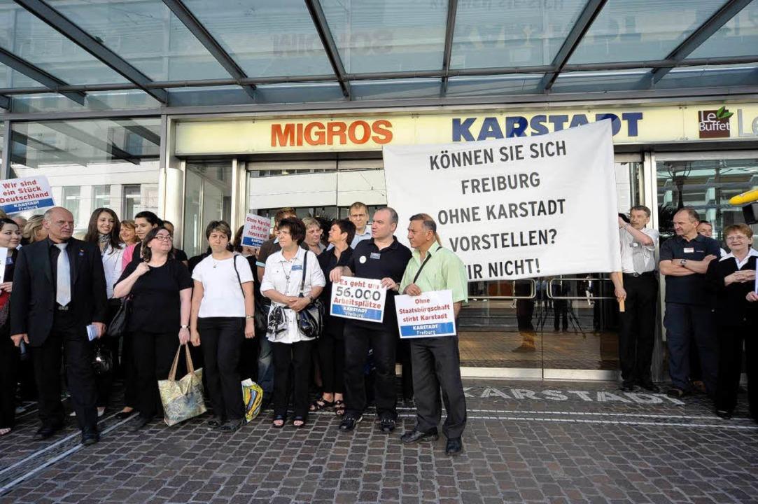 Mitarbeiter demonstrierten heute vor d...r Filiale an der Kaiser-Joseph-Straße.  | Foto: Thomas Kunz