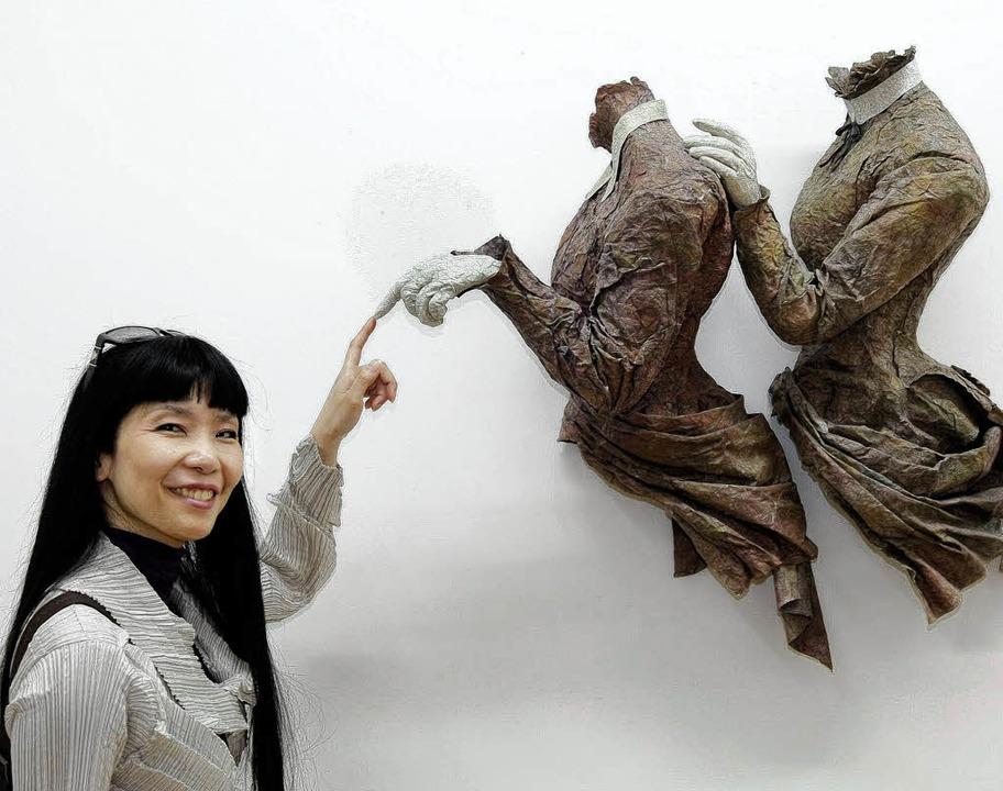 Mutsumi Aoki  mit ihren ins Dramatisch...ten skulpturalen Gewändern aus Papier   | Foto: Peter Heck