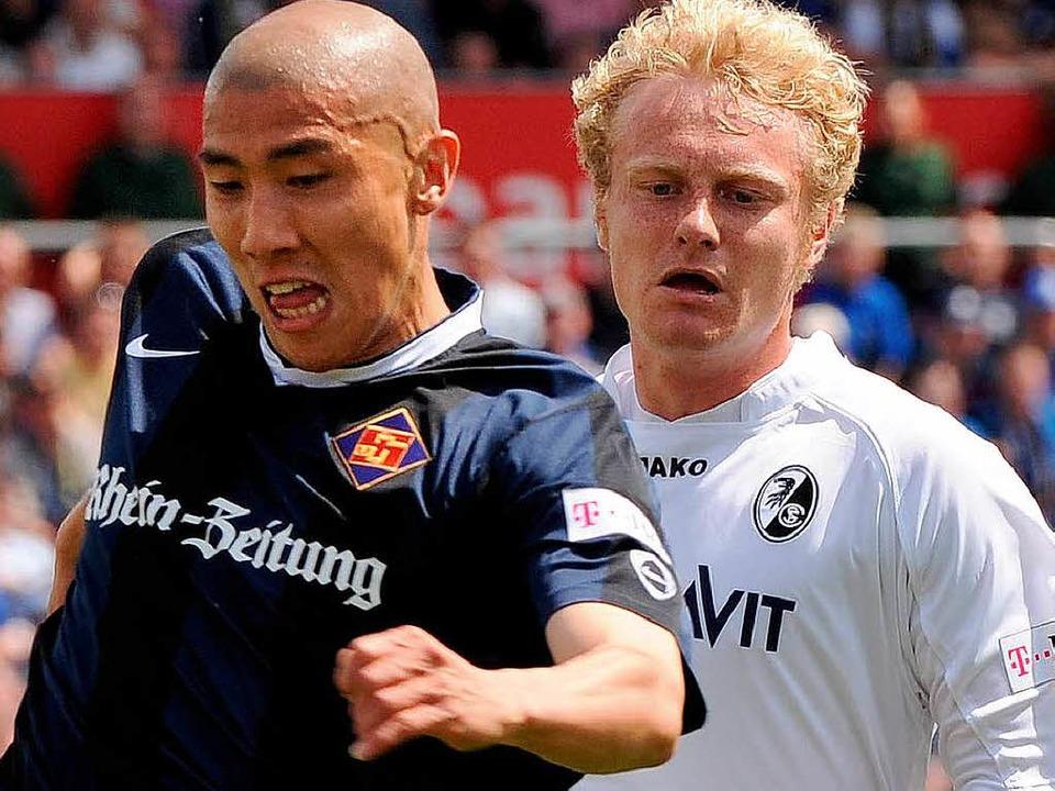 Gerade noch Gegner,  nun Teamkollegen: Du-Ri-Cha (links) und Tommy Bechmann.  | Foto: heuberger
