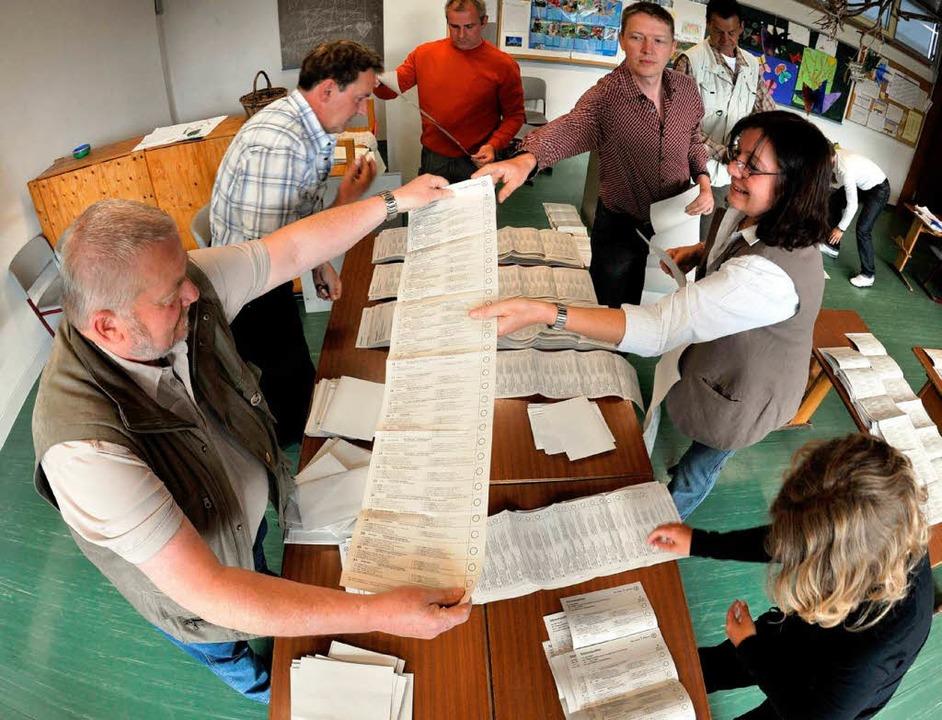 Helfer der Wahlkommission zählen in de...ie Stimmzettel für die Europawahl aus.  | Foto: dpa