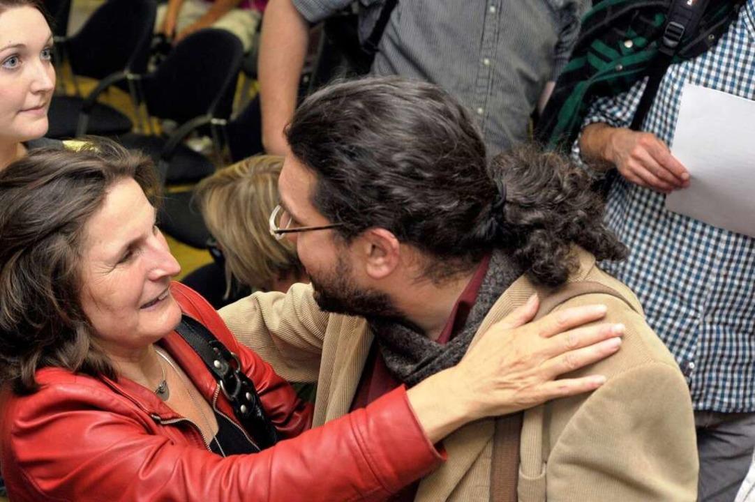 Pia Federer gratuliert ihrem neuen Stadtratskollegen Timothy Simms.  | Foto: Thomas Kunz