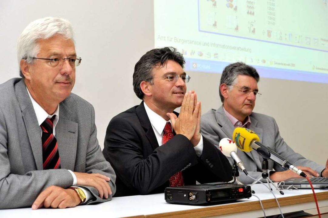 Erster Bürgermeister Otto Neideck, OB ...s Willmann präsentierten das Ergebnis.  | Foto: Thomas Kunz