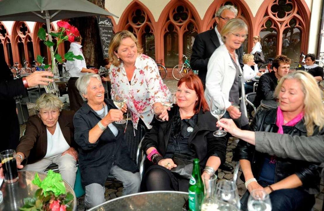 Die Unabhängigen Frauen feierten open air auf dem Rathausplatz.  | Foto: Rita Eggstein