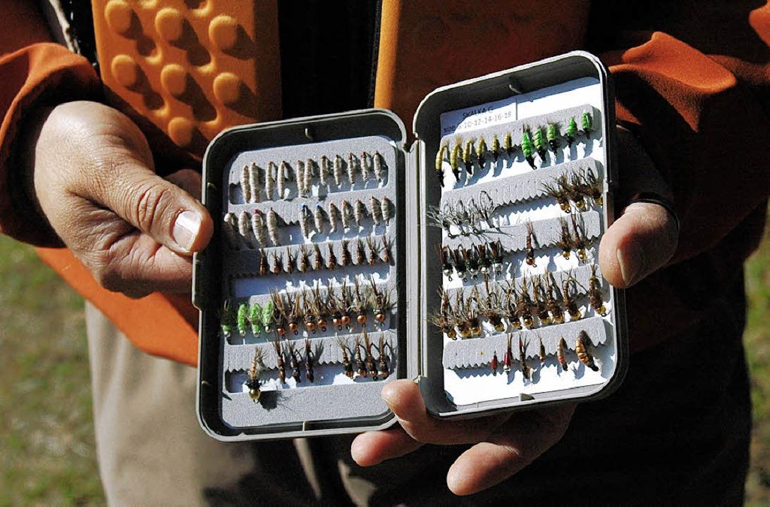 Draht, Wolle, Faden, noch mehr Wolle: wickeln, bis das Ding einer Fliege ähnelt.    Foto: Rüdiger Kopf
