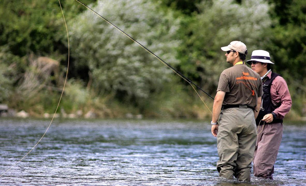 Fliegenfischen heißt aktiv zu warten a...ing einer Fliege ähnelt (links unten).    Foto: Rüdiger Kopf