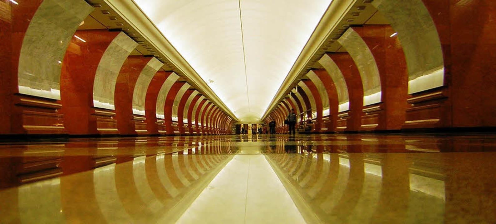 Paläste fürs Volk: Die U-Bahn in Moskau ist ein Meisterwerk.  | Foto: photocase.de/almeso