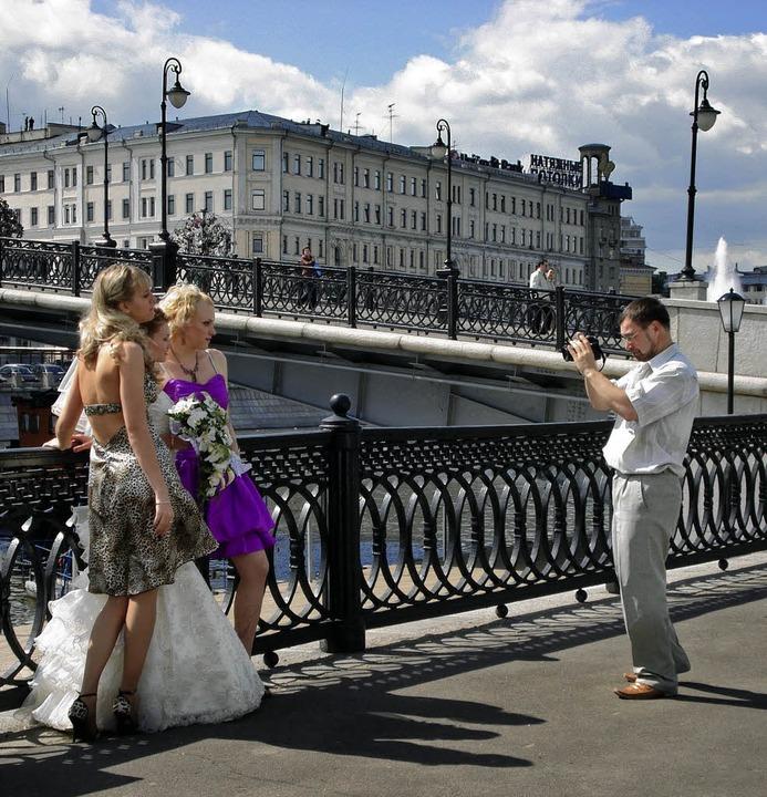 Bitte lächeln: Braut samt Begleitung l...sich vor imposanter Kulisse ablichten.  | Foto: dpa