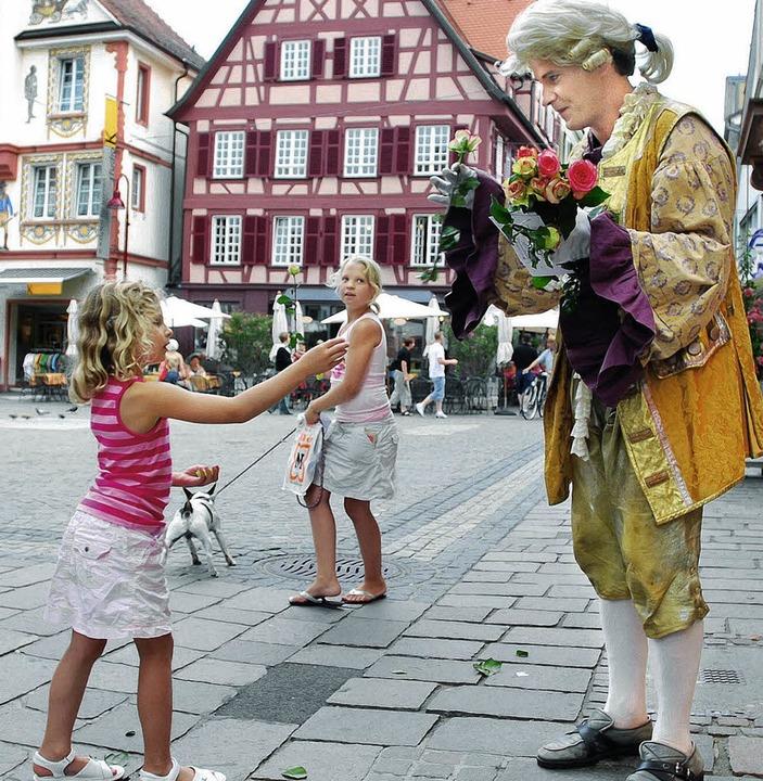 Charmant überreicht der Rosenkavalier ...d Komplimente in der Lahrer Altstadt.     Foto: BZ