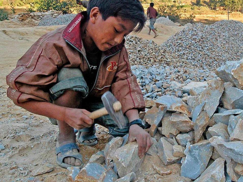 Kinder müssen in Indiens Steinbrüchen ... sehr schlechten Bedingungen arbeiten.  | Foto: dpa