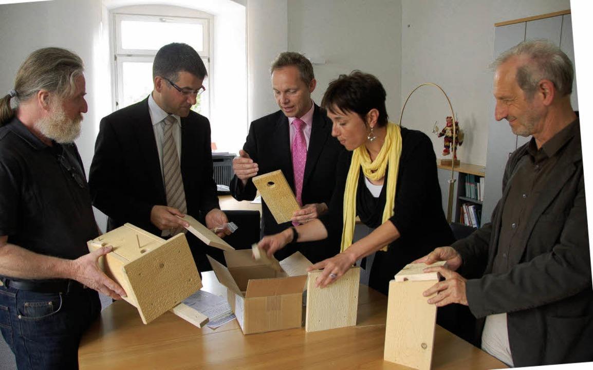 Gelbe Nistkästen für die Stadt: Eine n...tina Reinel und  Rainer  Mertens vor.     Foto: Thomas Winckelmann
