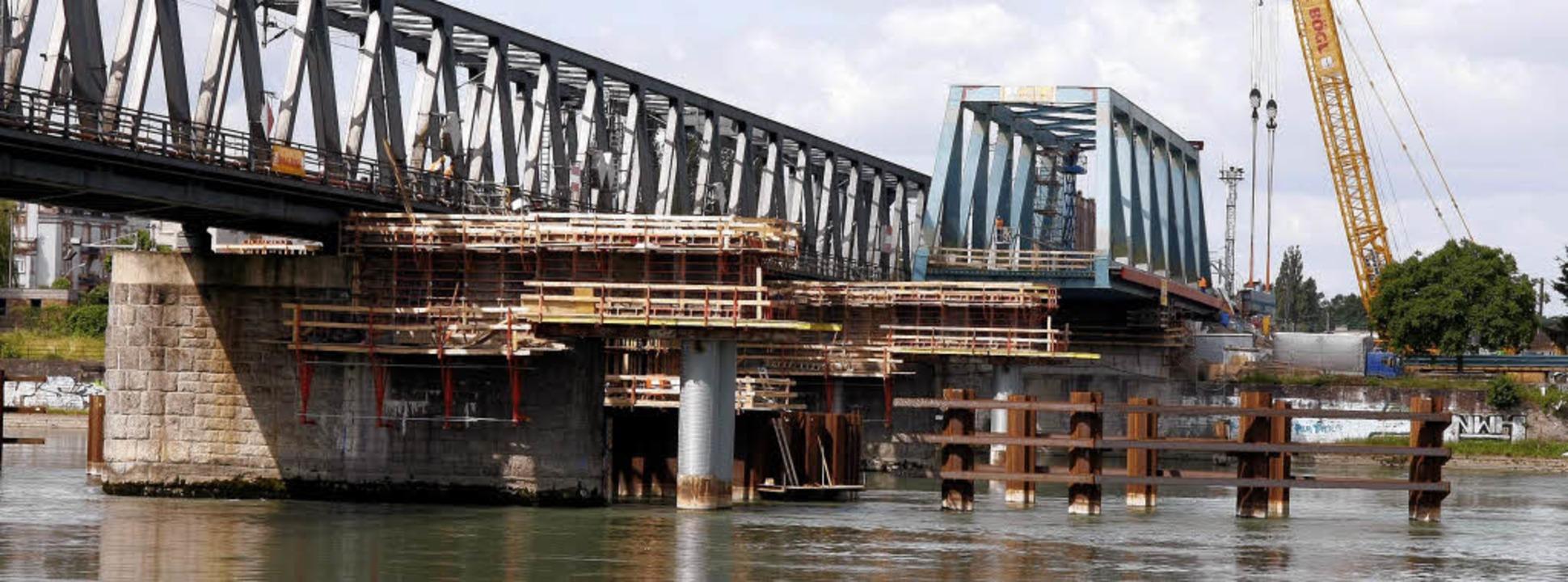 Stück für Stück wird die neue Eisenbahnbrücke über dem Rhein vorangetrieben.     Foto: Peter Heck