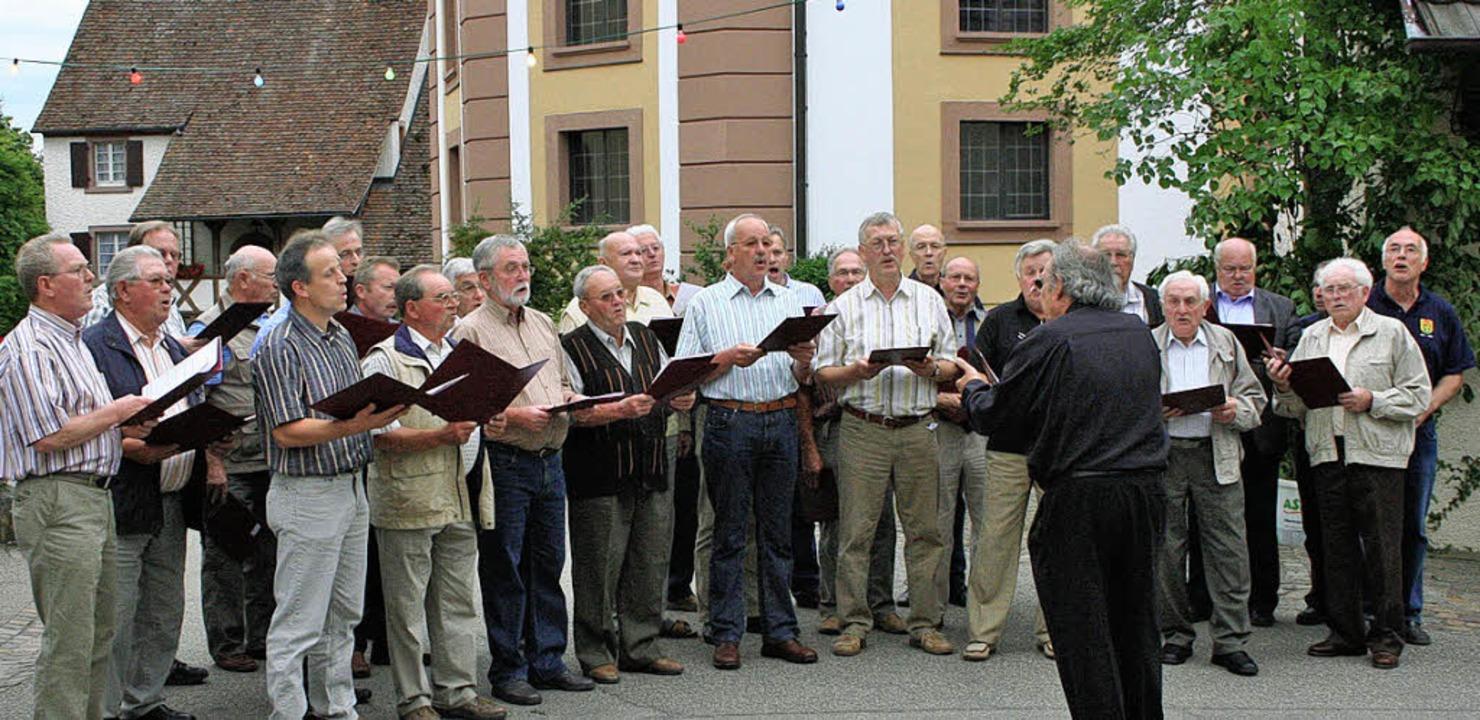 Der Männergesangverein eröffnete sein ...mut Schwitalla mit bekannten Liedern.     Foto: Cremer