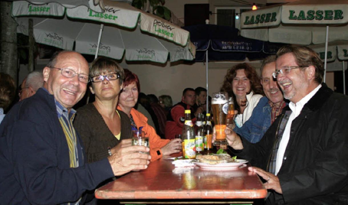 Ortsvorsteher Reinauer (links) freute ...runter auch das Ehepaar Fürstenberger.    Foto: Reinhard Cremer