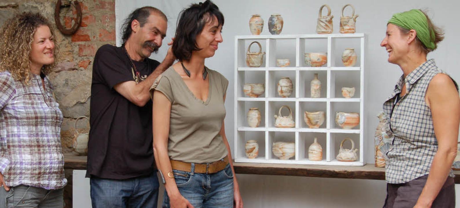 Ausgefallene Keramik zeigen  vier Küns...hof von Christel Gnirss in Mundingen.     Foto: Pia Grätinger