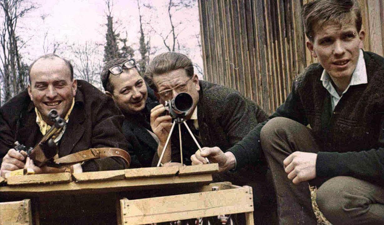 Die  Schützen um 1960  bei der alten &...tz des jetzigen Schützenhauses stand.     Foto: privat