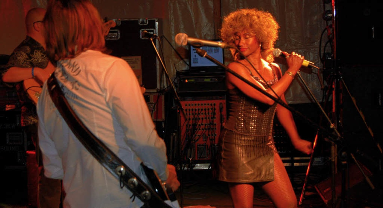 Knisternde Soul Erotik versprühte Fron...ee von der Tina Turner Revival Band.      Foto: Markus Winzer