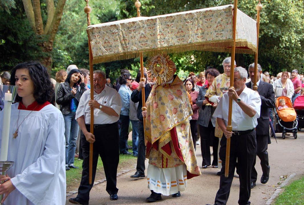 Fronleichnam: Nach dem Gottesdienst zo...rer Werner Trondle trug die Monstanz.     Foto: Nikolaus Trenz