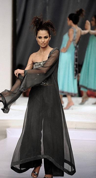 Ein Zeichen gegen die Taliban:   Modeschau in Karatschi.     Foto: AFP