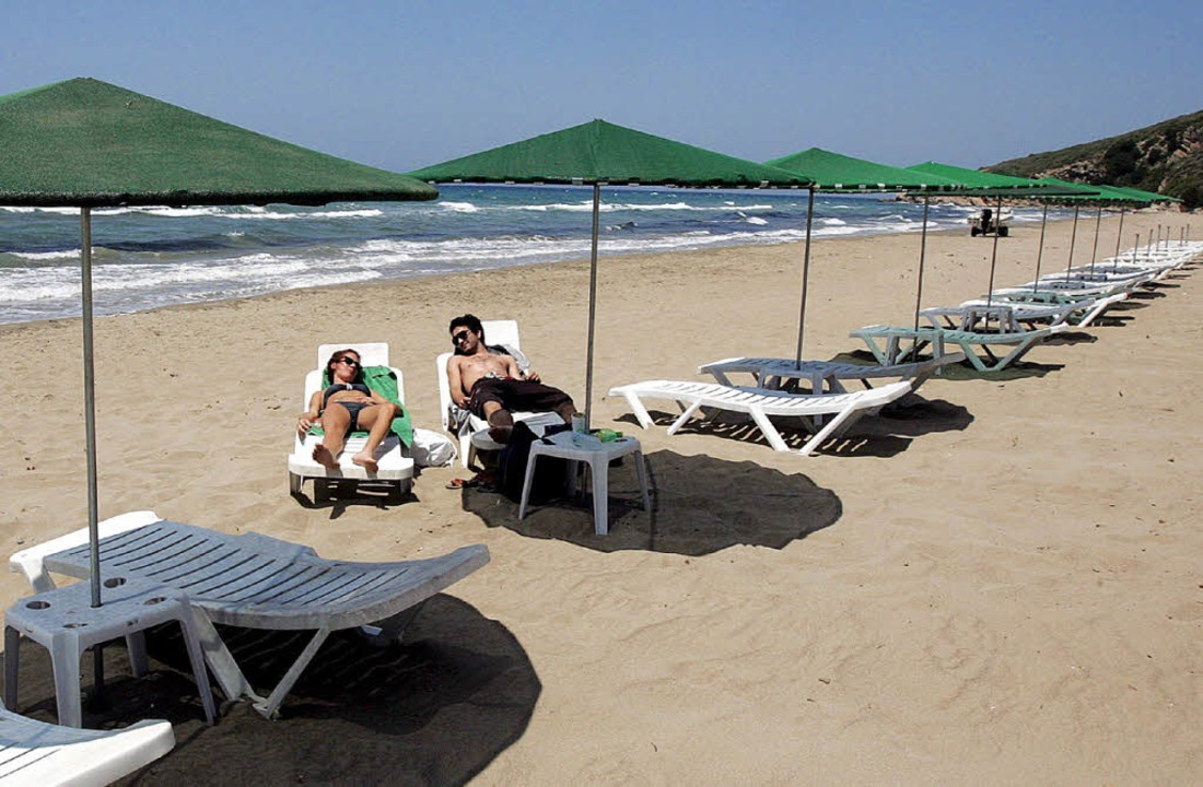 Ein Paar liegt am Yianiskari-Strand bei Patras in Griechenland.  | Foto: dpa