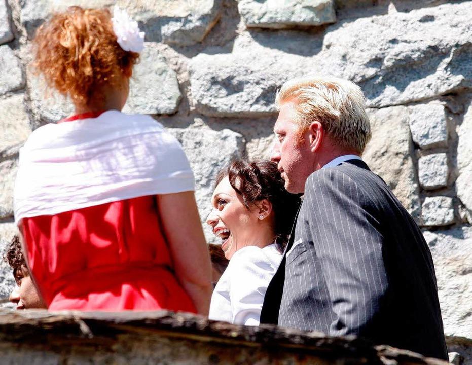 Die weiblichen Gäste des Hochzeitsfestes erscheinen  in rot-weißer Kleidung    Foto: dpa