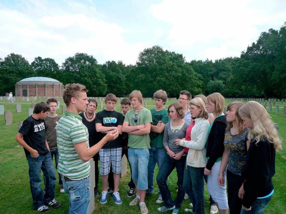 Daniel Mandel bringt  Schülern auf der... Einzelschicksale von Soldaten näher.   | Foto: Marx