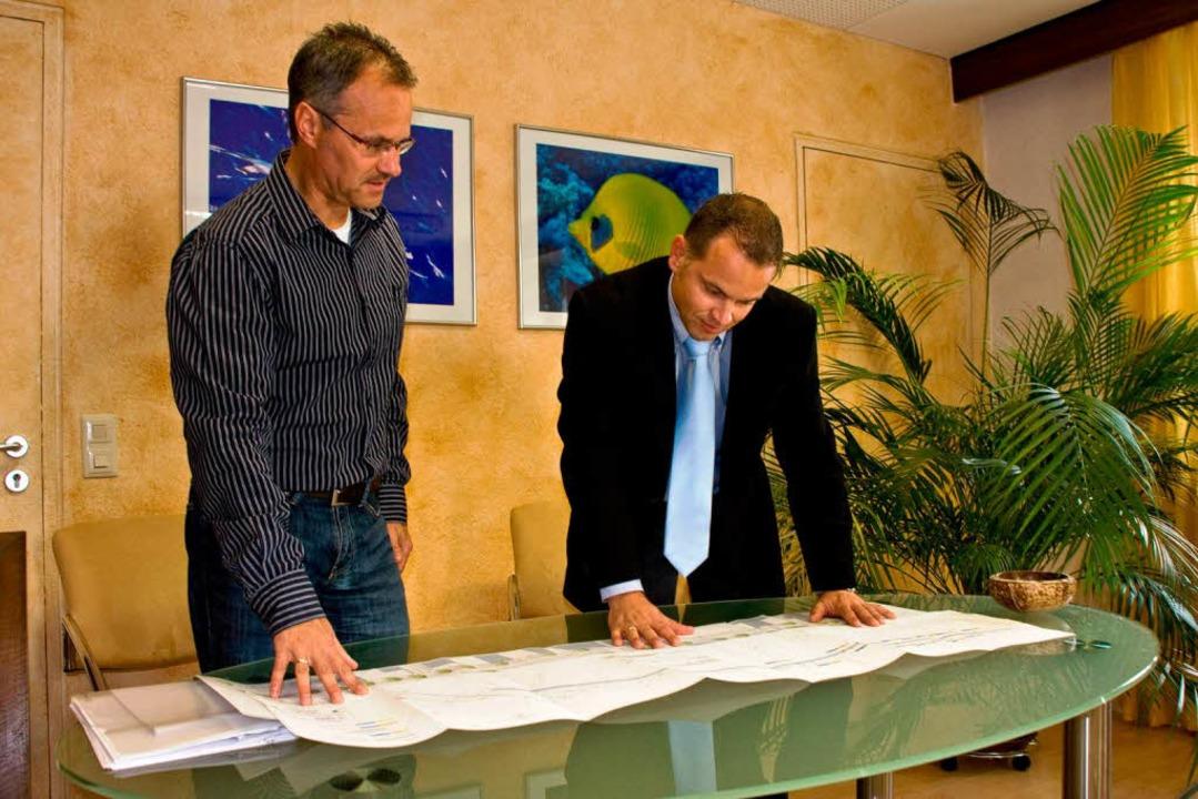 Bürgermeister Jürgen Scheiding bespric...adweg zwischen Sasbach und Jechtingen.    Foto: Martin Wendel