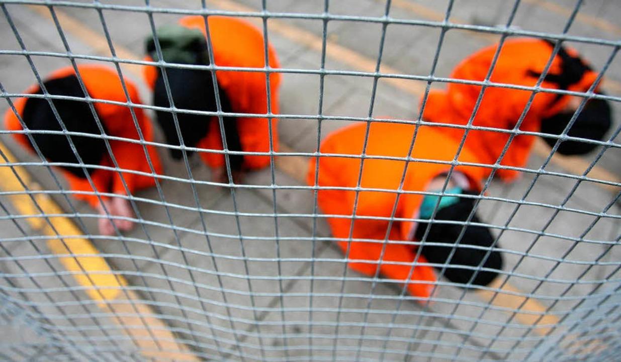Häftlingshaltung hinter Gittern? Dies ... Aktivisten von Amnesty International.    Foto: ddp