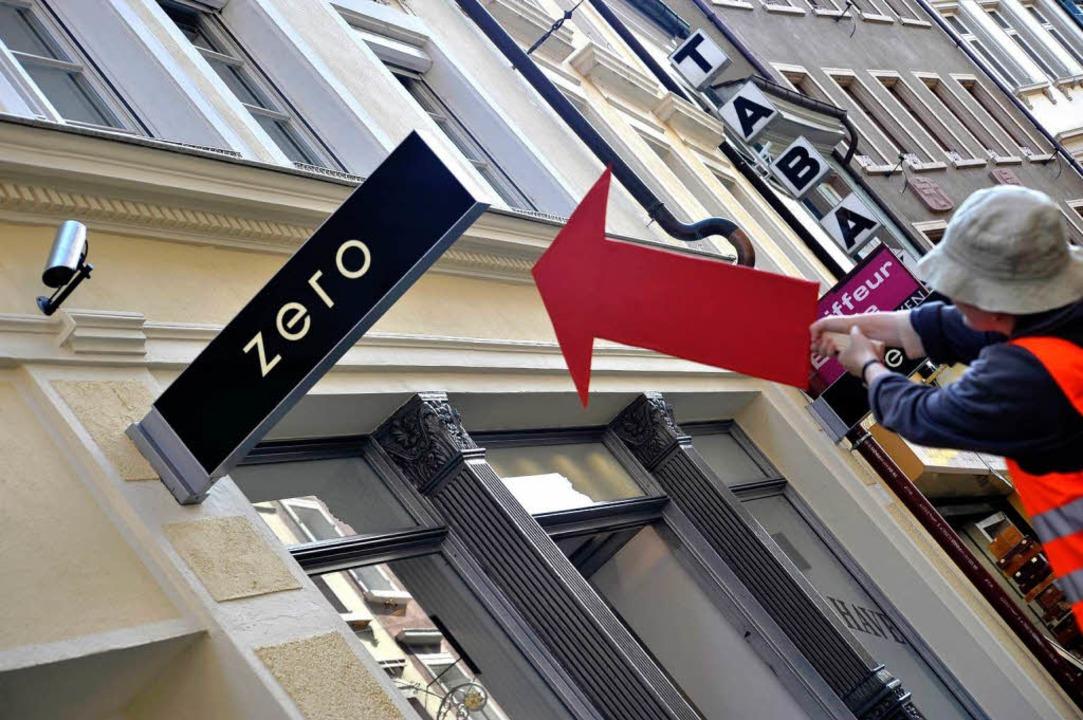 Hier hängt eine Kamera  – über d...gang eines Ladens in der Rathausgasse.  | Foto: Thomas Kunz