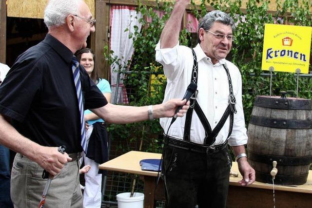 Ein Münchner schenkt Freibier aus