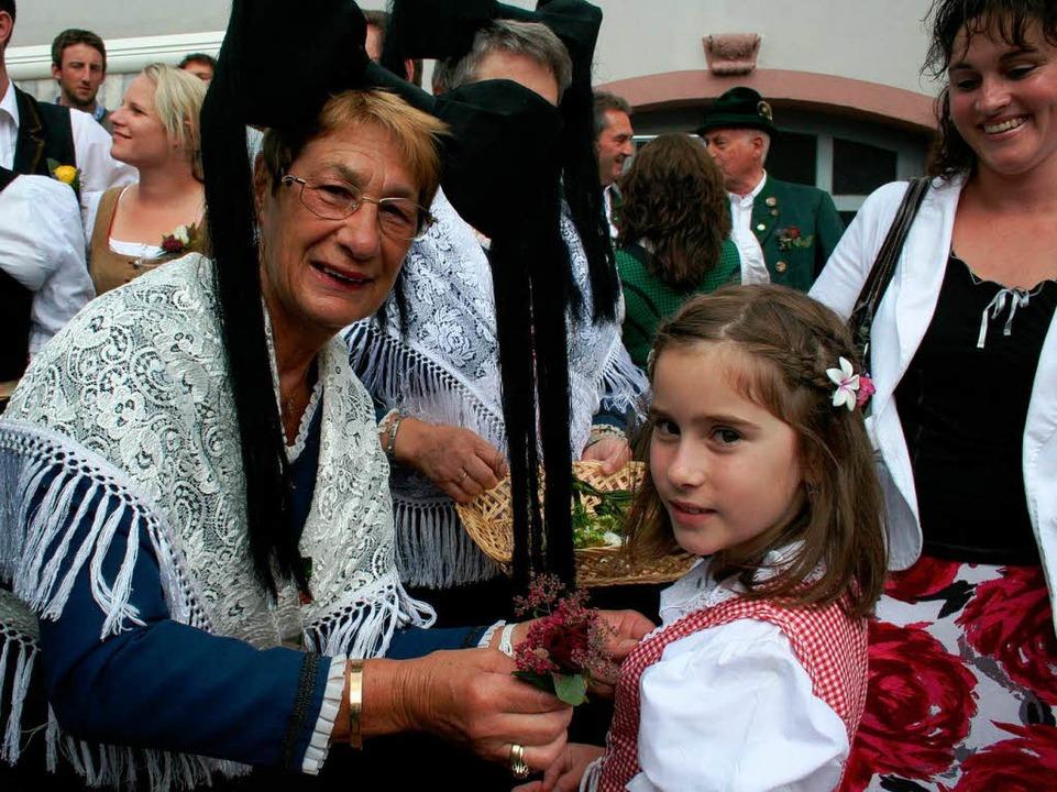 Die Trachtengruppe verteilte Blumensträußchen.    Foto: Elisabeth jakob-Kölblin