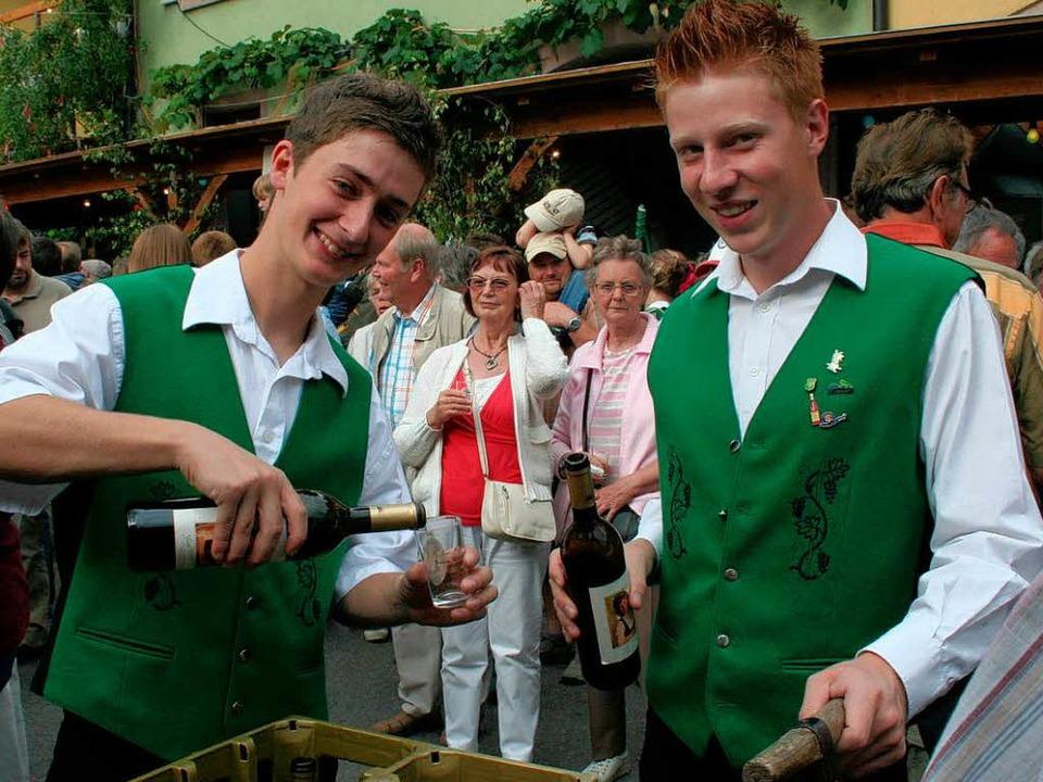 Die Ihringer Landjugend schenkte  den Festwein aus.    Foto: Elisabeth jakob-Kölblin