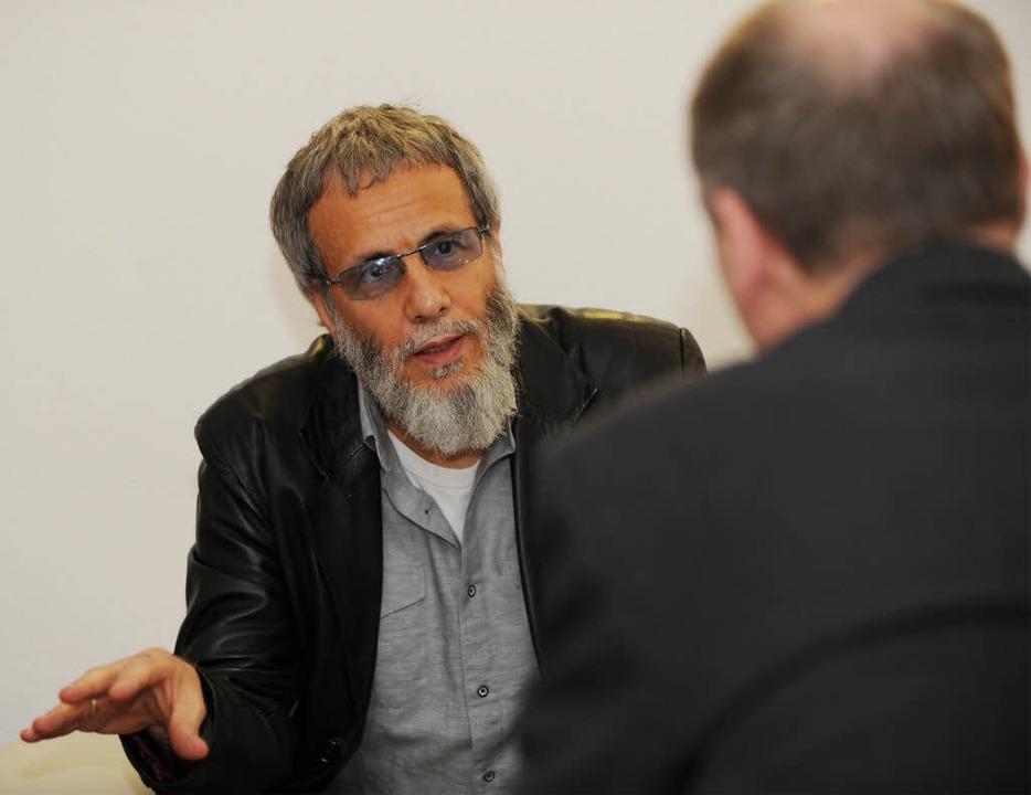 Yusuf Islam im Gespräch mit BZ-Redakteur Thomas Steiner.  | Foto: Rita Eggstein
