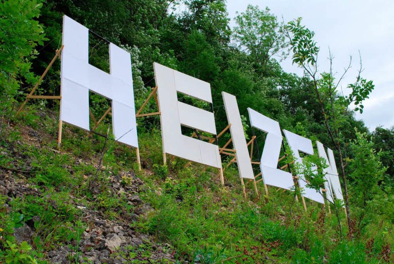 """Der geheimnisvolle """"Heizen""""-Schriftzug oberhalb von Lörrach...    Foto: Thomas Loisl Mink"""