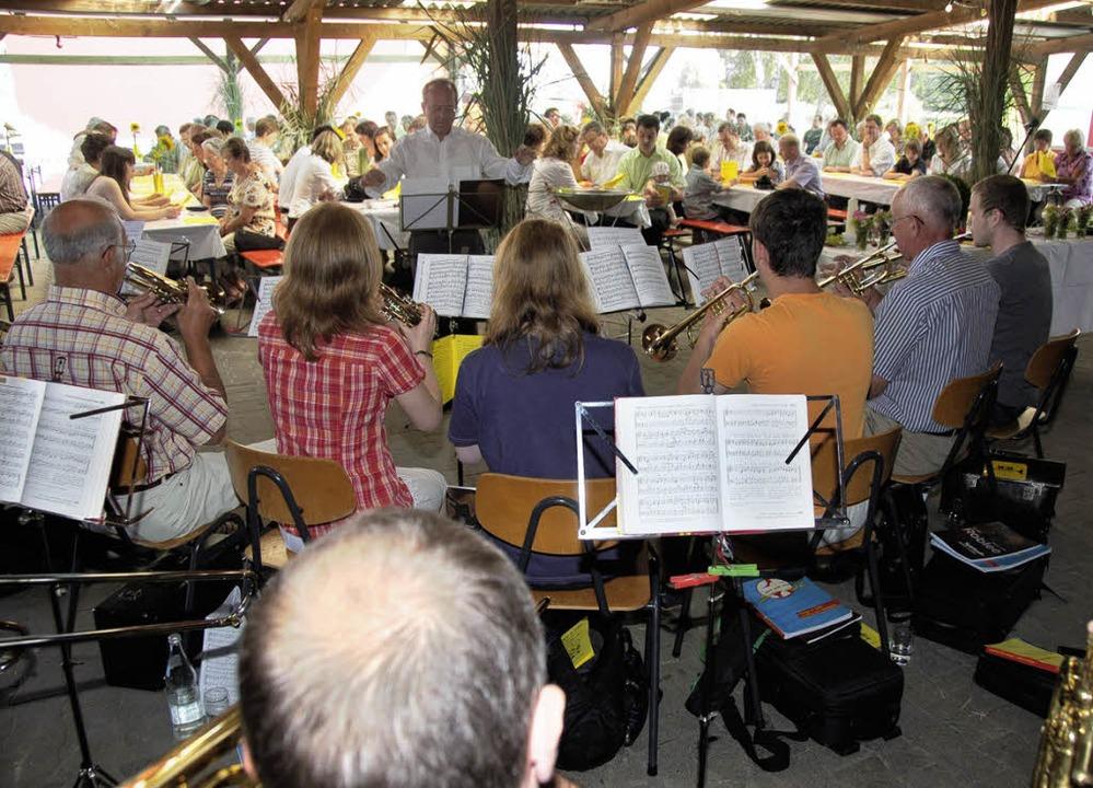 <Bildtext>Beim &#8222;Gottesdienst im ...ie Gemeinde zu den Liedern.</Bildtext>    Foto: Alfred Peter