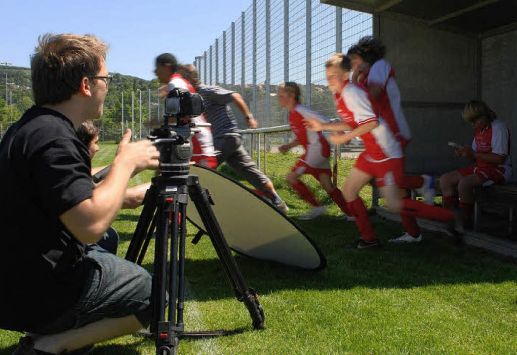 Während die Kicker jubeln hat Filmfigu... Horvath) nur Augen für seinen Gameboy  | Foto: Birgit-Cathrin Duval / bcmpress